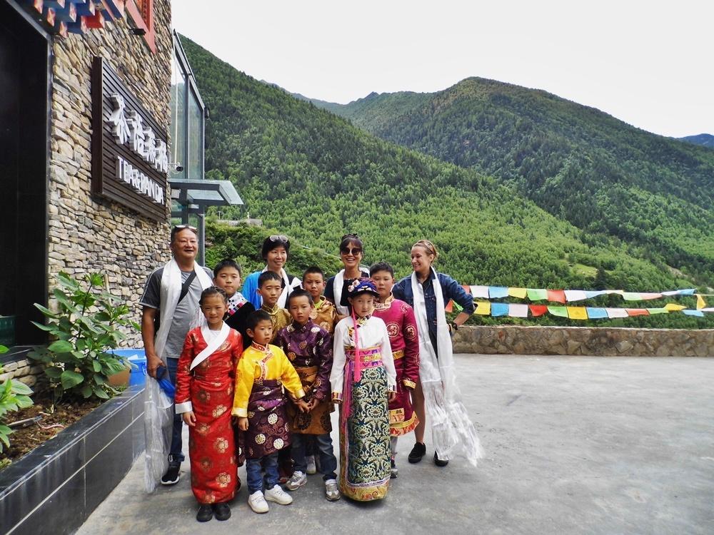 Z lokalnymi dzieciakami w tradycyjnych strojach tuż po przyjeździe w góry