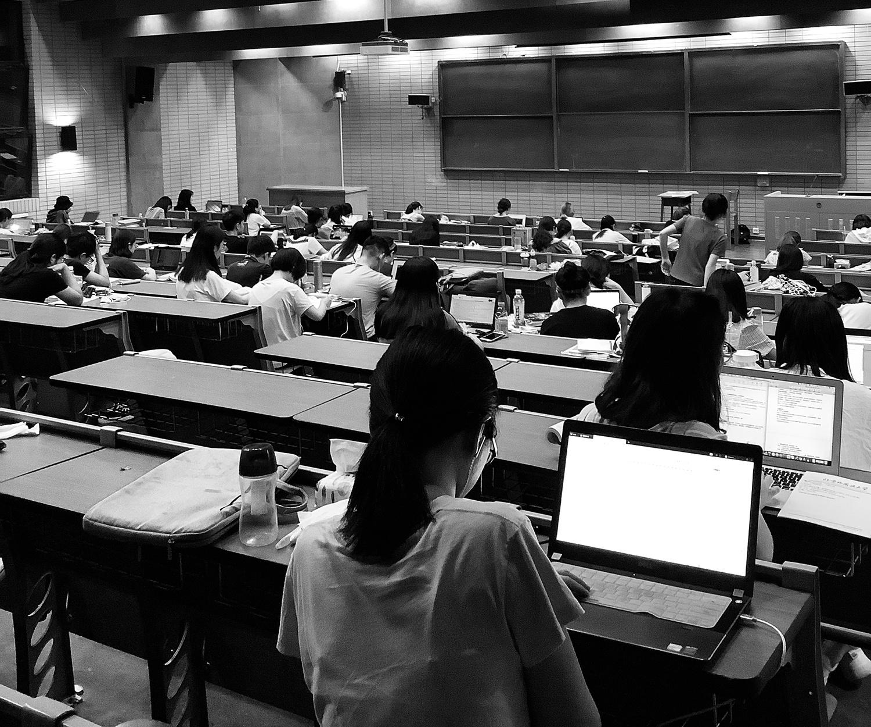 Smartfony, edukacja i moralna panika