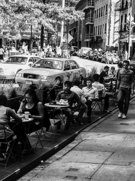 Restauracje i kawiarnie też prosiły o zorganizowanie ogólnodostępnych miejsc do siedzenia na ulicy. Kilka miejsc parkingowych zmieniło się w publiczny ogródek. Okoliczne sklepy odnotowały większą sprzedaż. Foto: NYC DOT